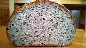 chleb z siemieniem przekrój